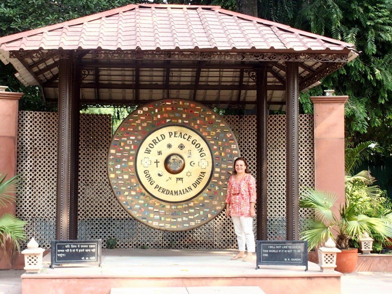 Devant le gong de la Paix New Delhi Gandhi Inde