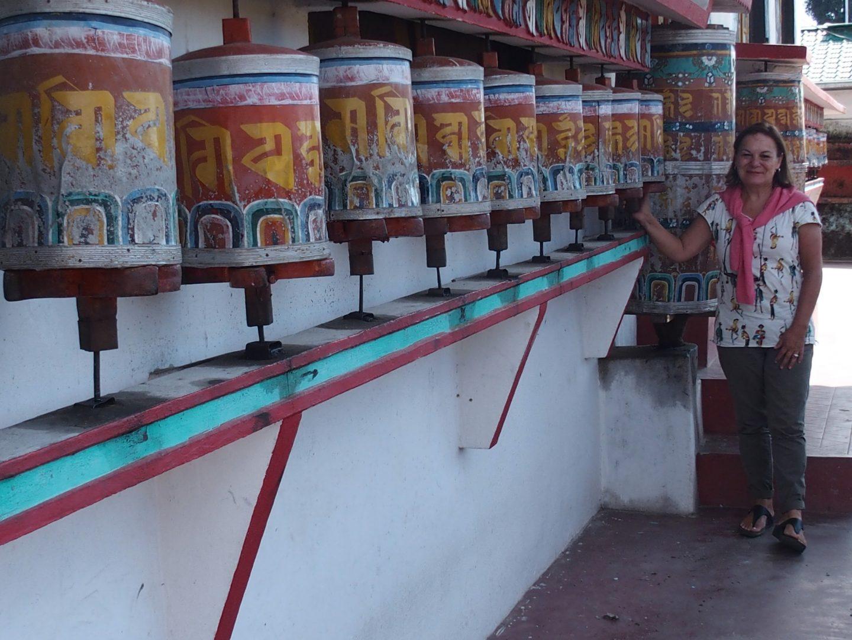 Devant les moulins à prière temple Kalimpong Inde