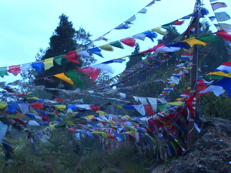Drapeaux de prière autour temple tibétain Kalimpong Inde