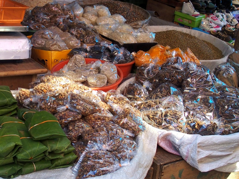 Epices et fruits secs marché Kalimpong Inde