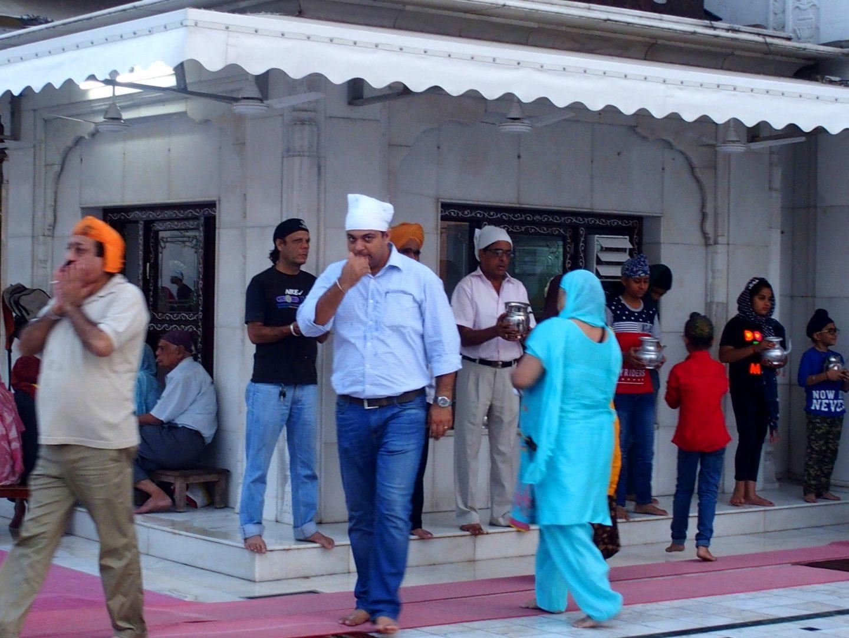 Foulard blanc pour mon guide au temple sikh Delhi Inde