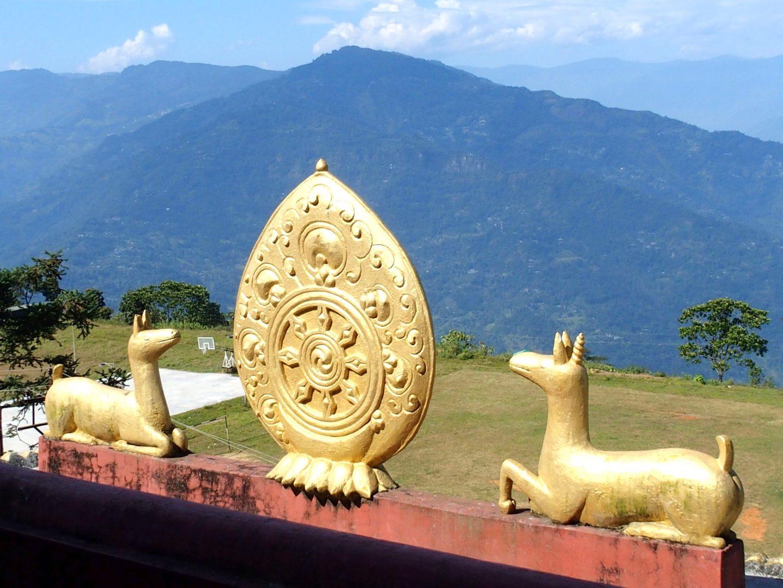 Fronton temple tibétain avec daims Kalimpong Inde