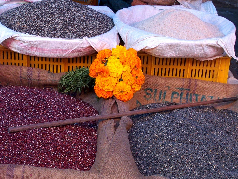 Paniers de différents riz sur le marché Inde