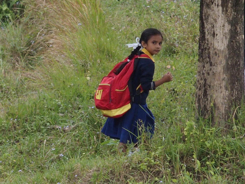 Petite fille à la sortie de l'école Kalimpong Inde