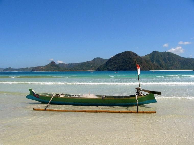 Bateau traditionnel sur plage Kute Lombok