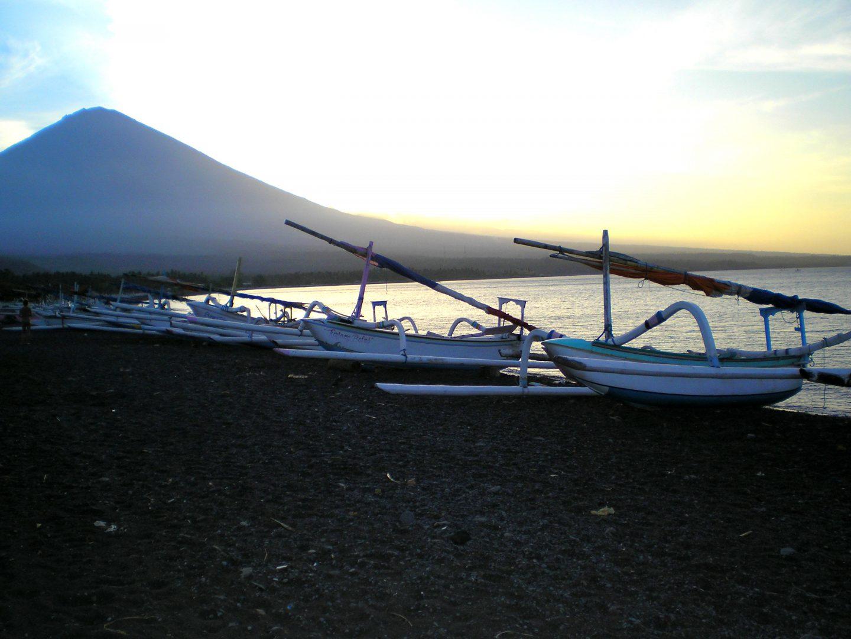 Bateaux de pêche sur plage en soirée Amed Bali