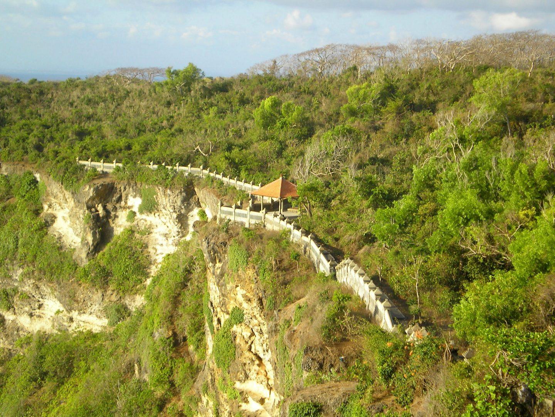 Chemin au sommet de la falaise qui mène au temple Uluwatu Bali