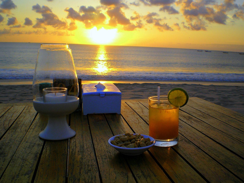 Début de soirée sur plage Jimbaran Bali