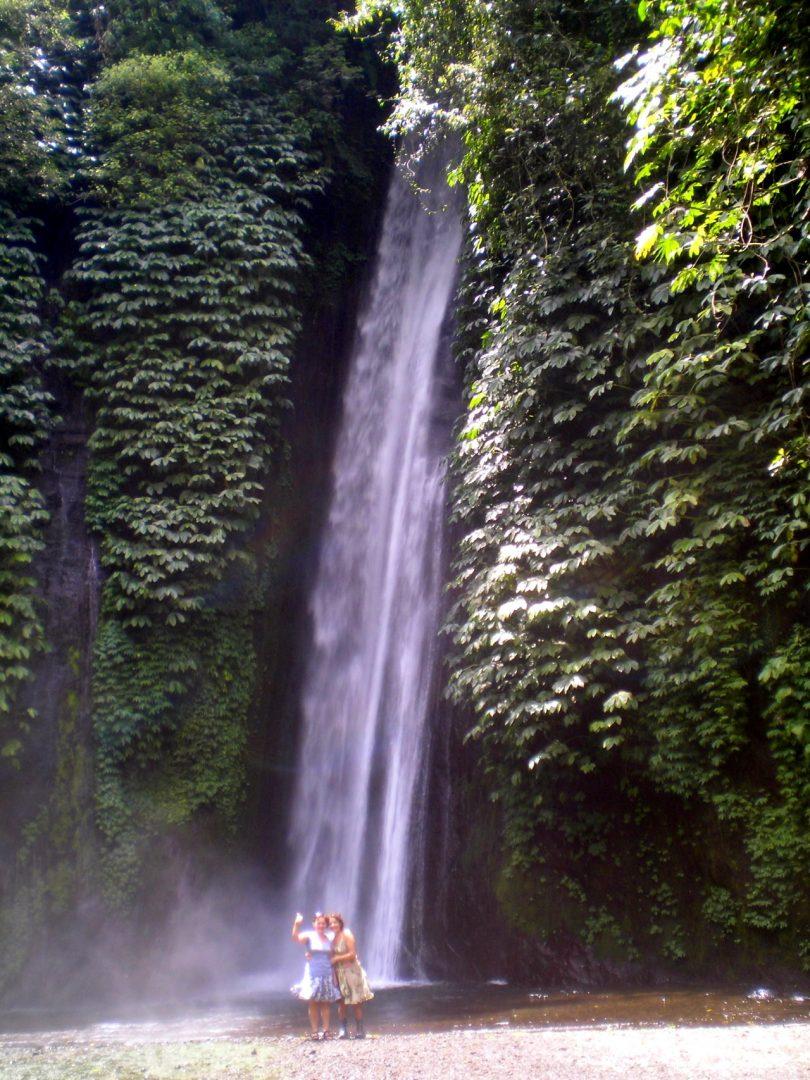 Devant les cascades de Munduk Bali