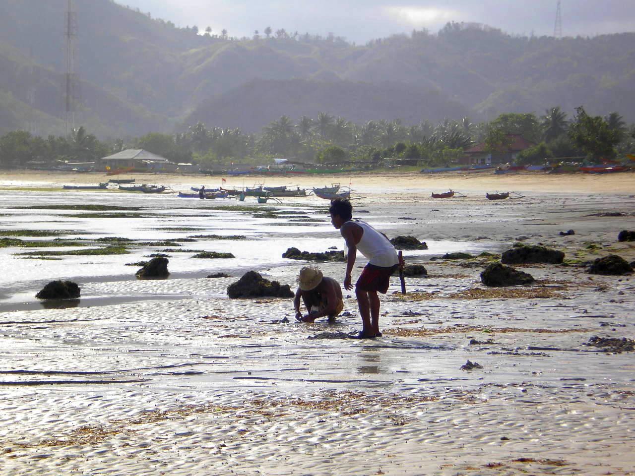 Enfants sur plage Kute Lombok