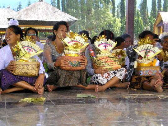Femmes et offrandes temple Besakih Bali