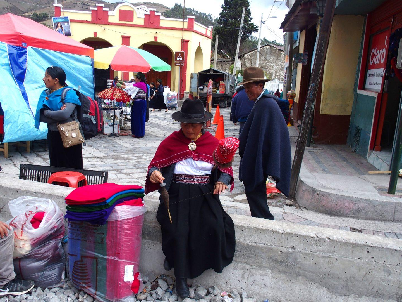 Fileuse sur voie chemin de fer marché de Guamote Equateur