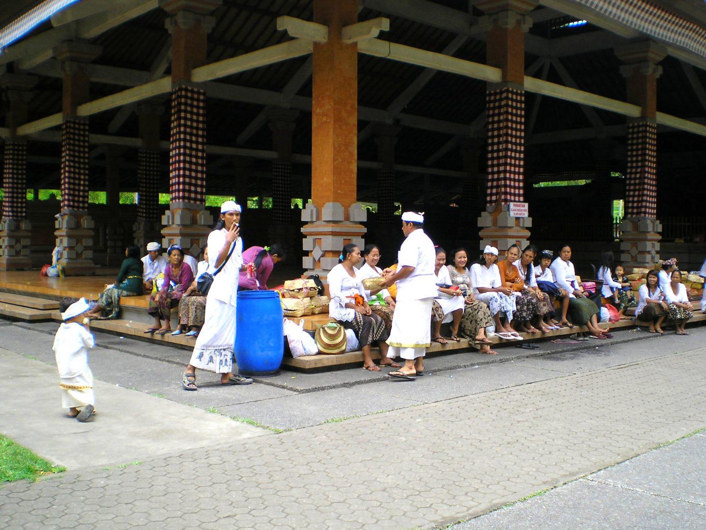 Groupe balinais temple entrée Besakih Bali