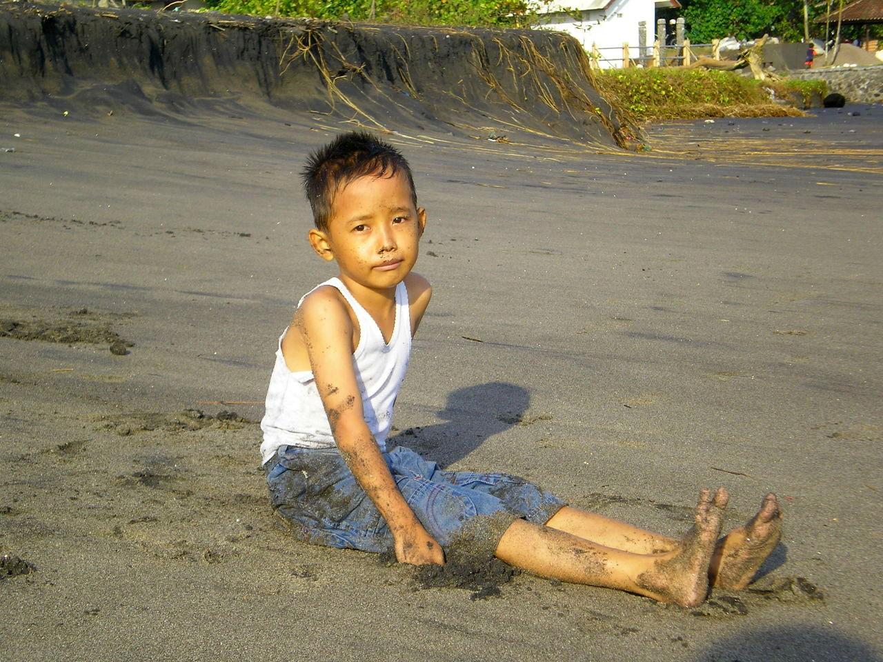Jeune garçon sur plage Amed Bali
