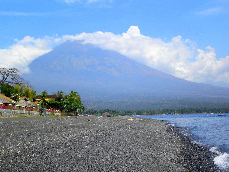Plage de sable noir d'Amed devat mont Agung Bali