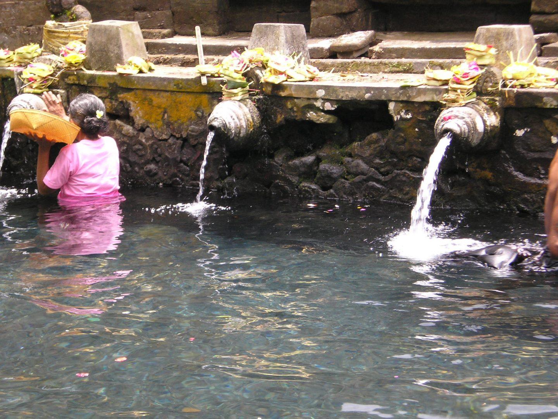Pose d'offrandes à Tirta Empul Bali