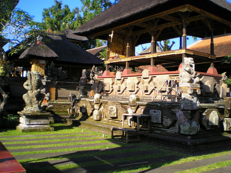 Statues temple Besakih Bali