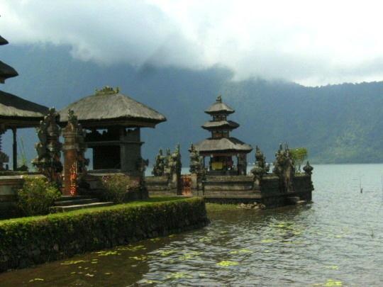 Temple Besakih dans brouillard Bali