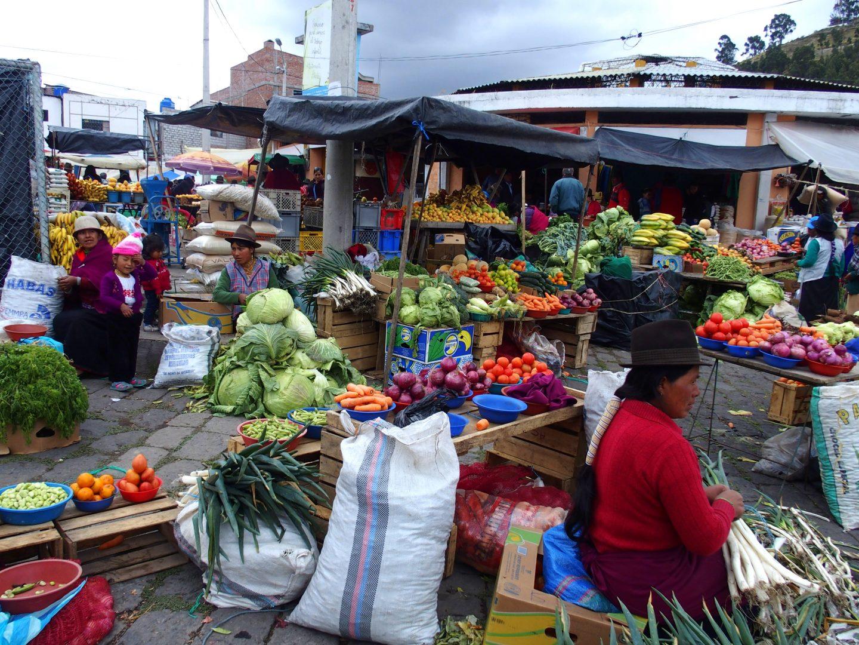Vendeuses fruits et légumes sur marché de Guamote Equateur