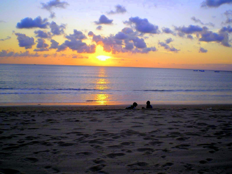 Enfants sur plage au coucher de soleil Jimbaran Bali