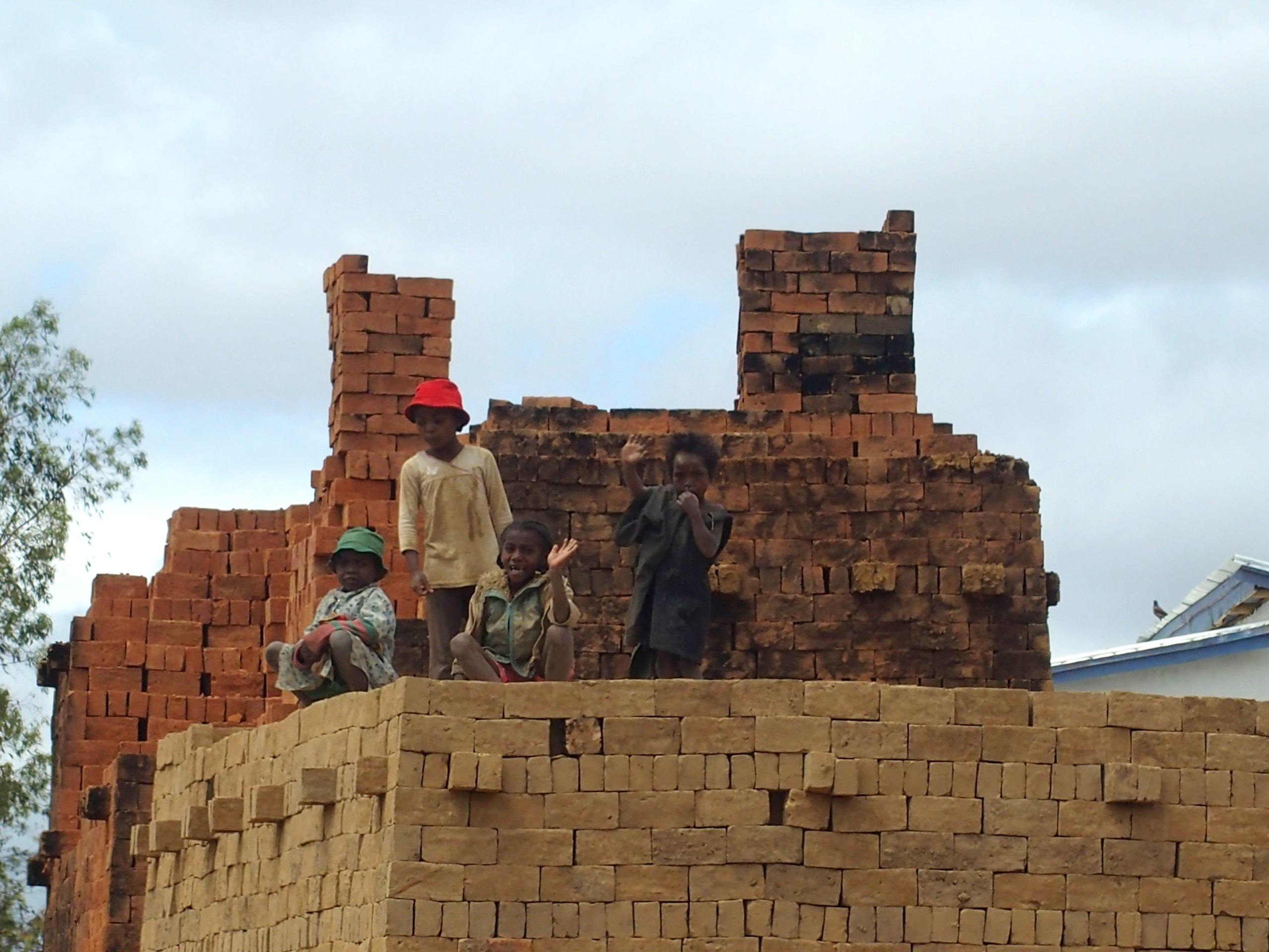Enfants-ouvriers-dans-chantirs-de-briques-Madagascar