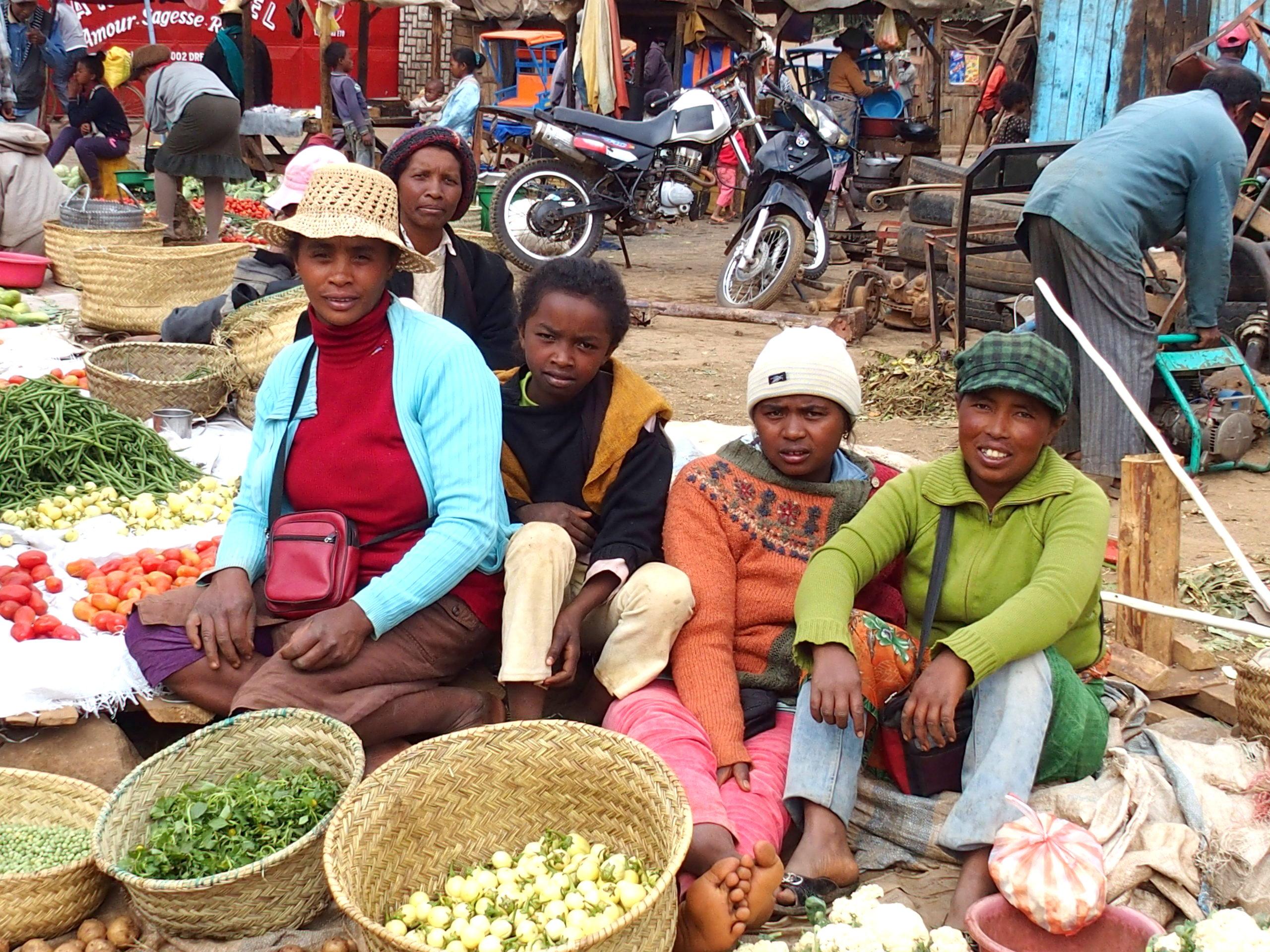 Famille sur le marché Madagascar.