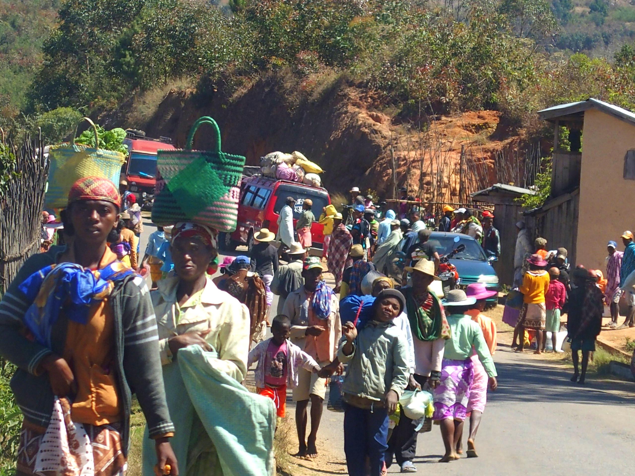 Foule impressionnante qui se rend au marché Madagascar