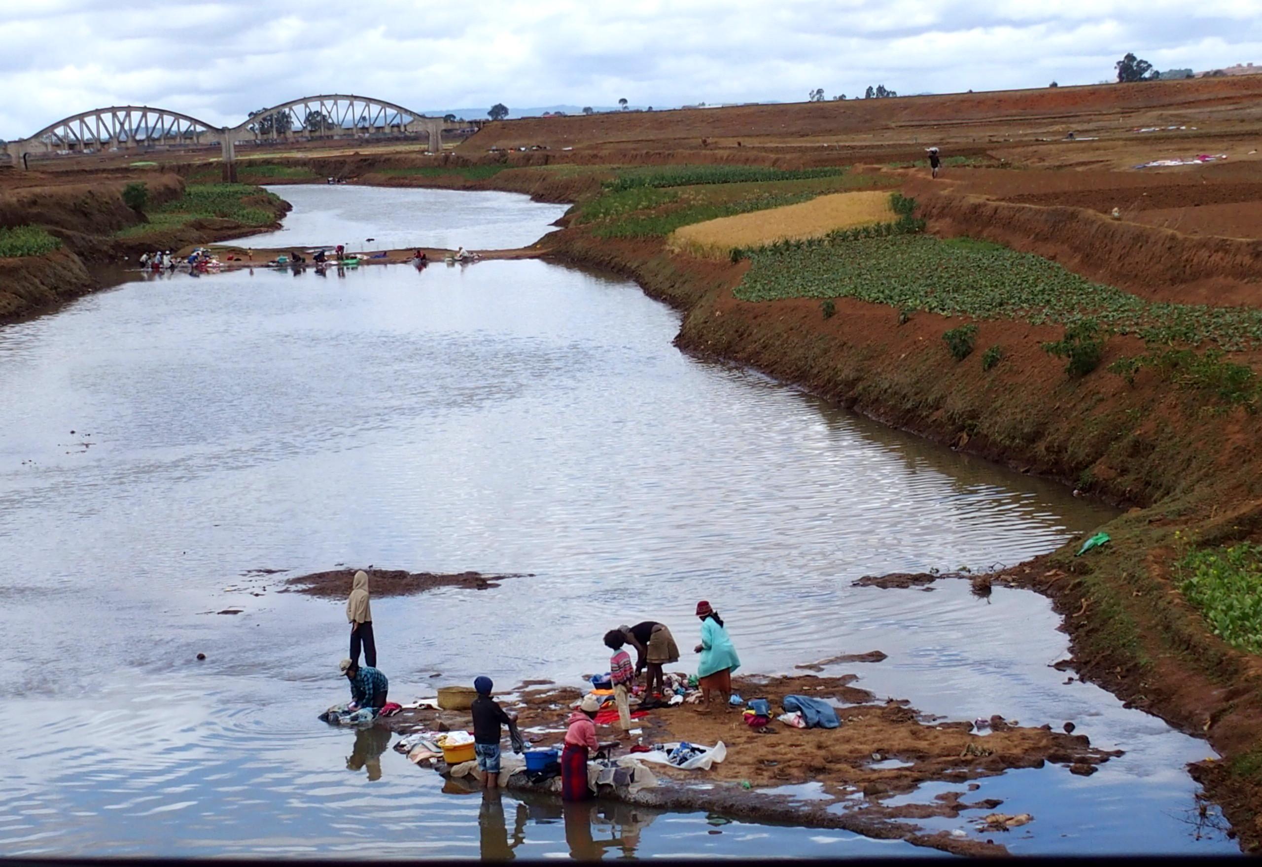 Lessive dans la rivière Madagascar.