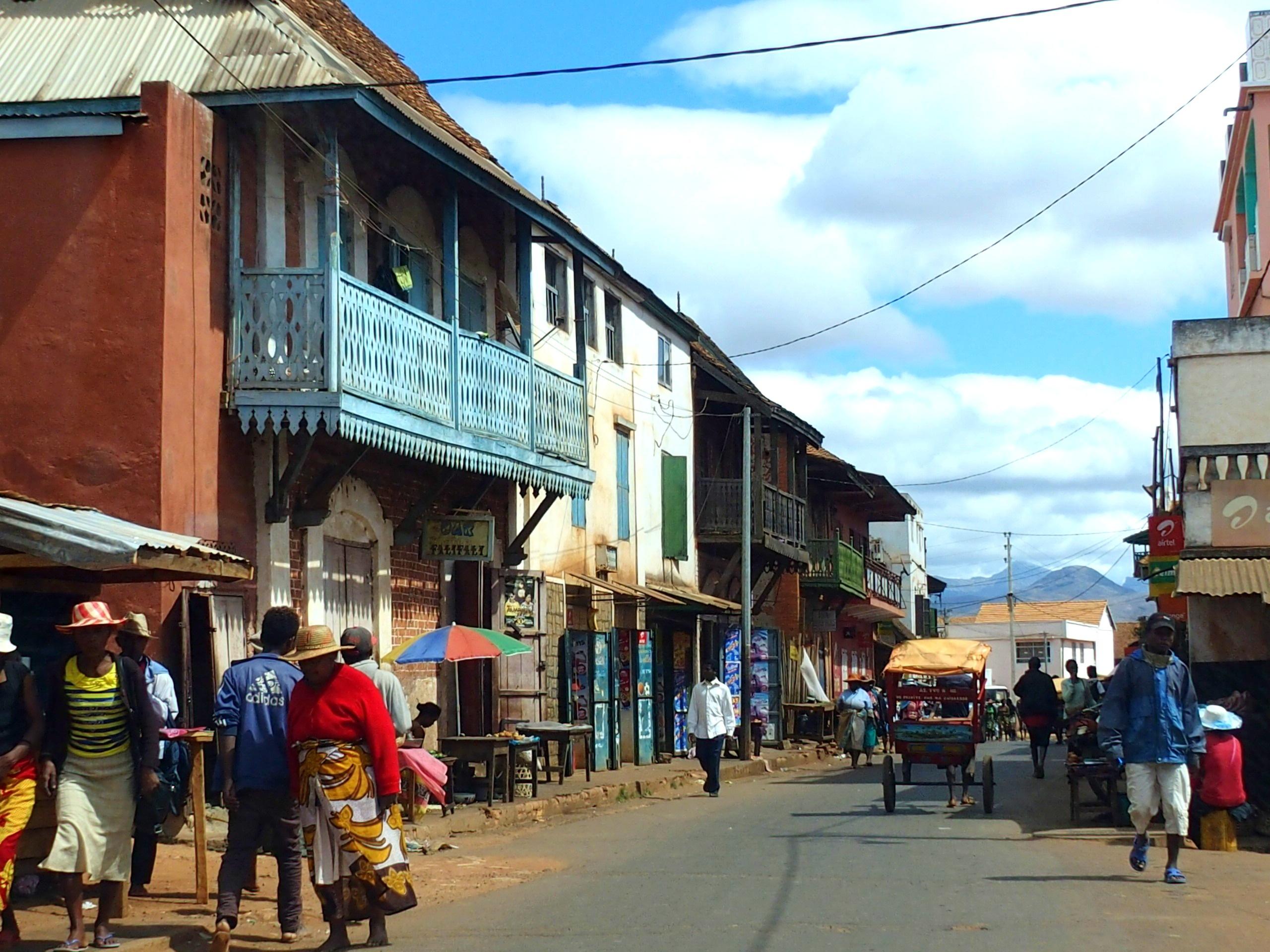Rue colorée d'Ambavalao Madagascar