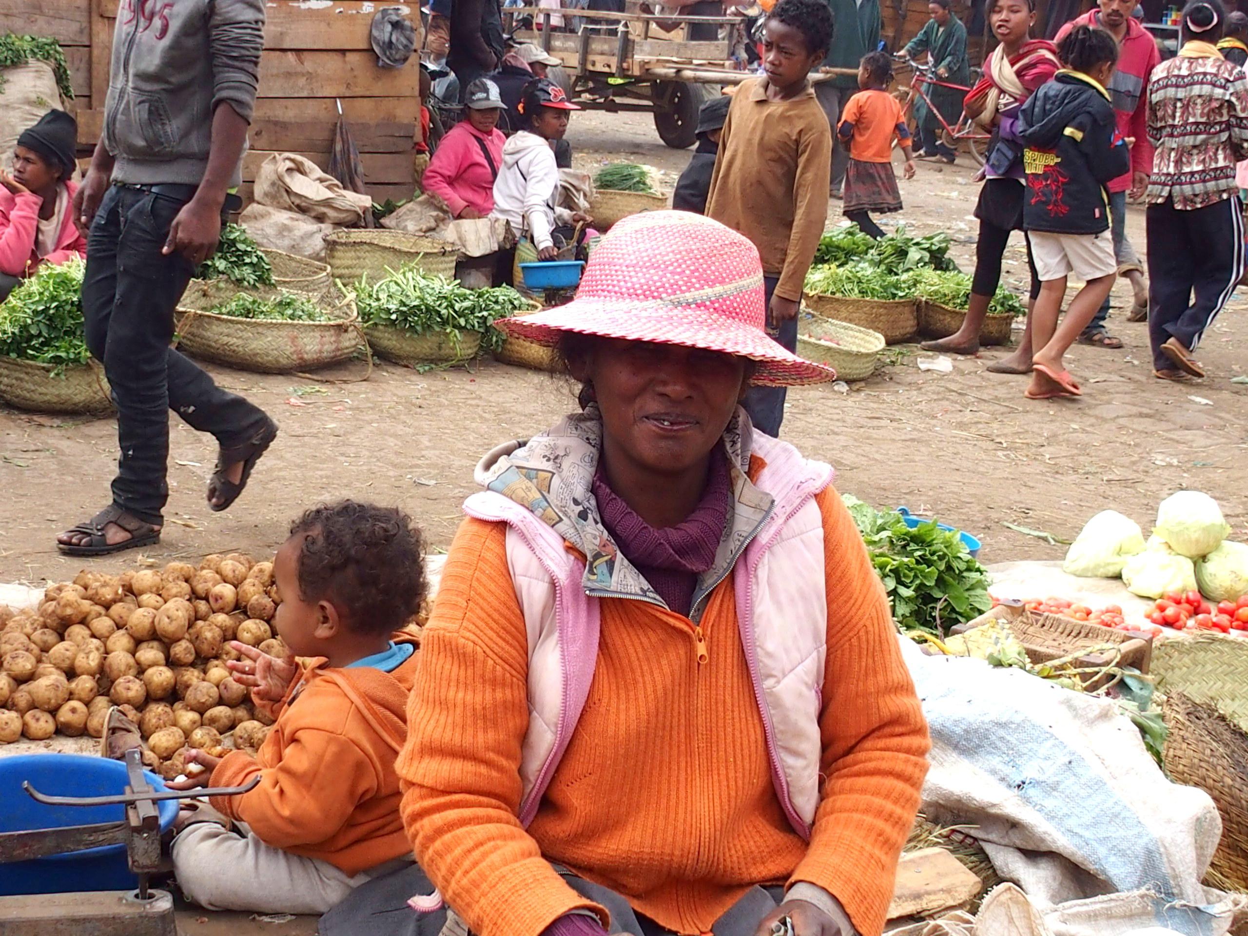 Sourire timide sur marché Madagascar