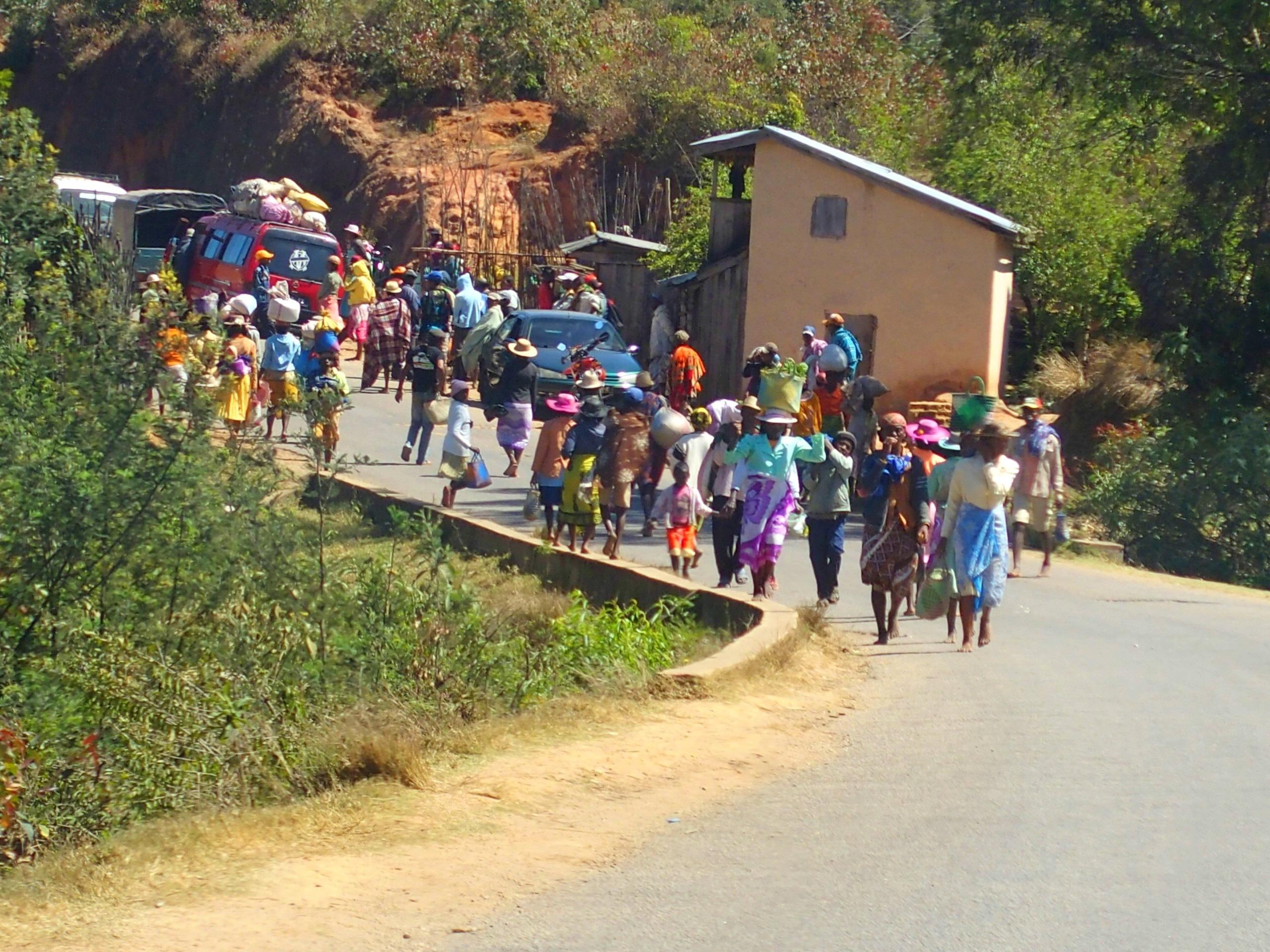 Sur la route, un jour de marché Madagascar.