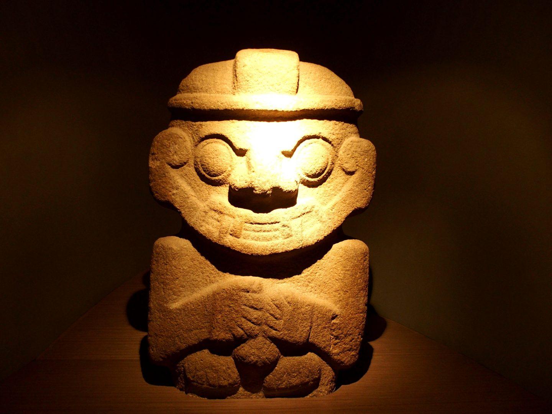 Petite statue pierre Musée de l'Or Bogota Colombie