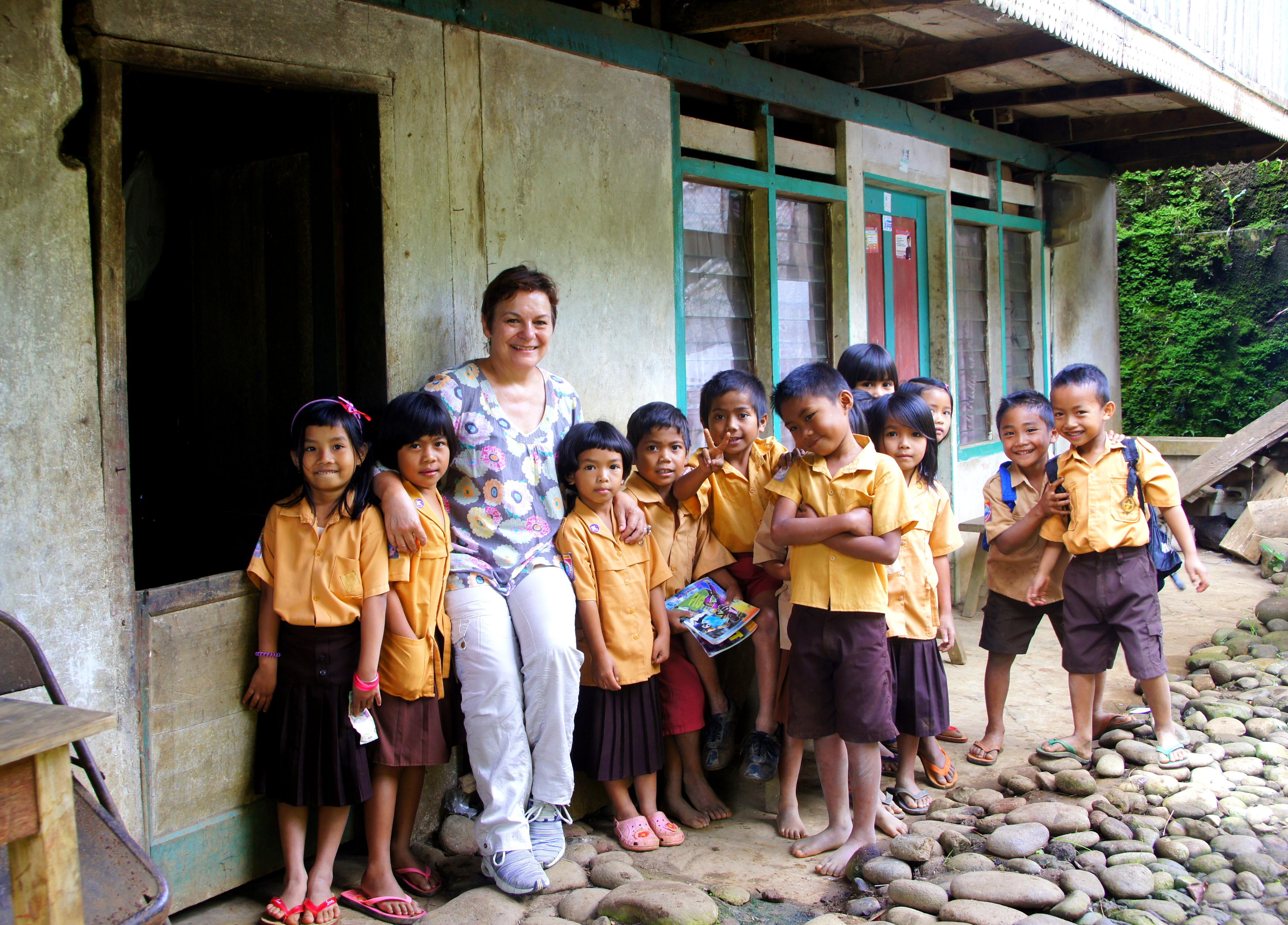 Avec les élèves de Sulawesi en uniforme.