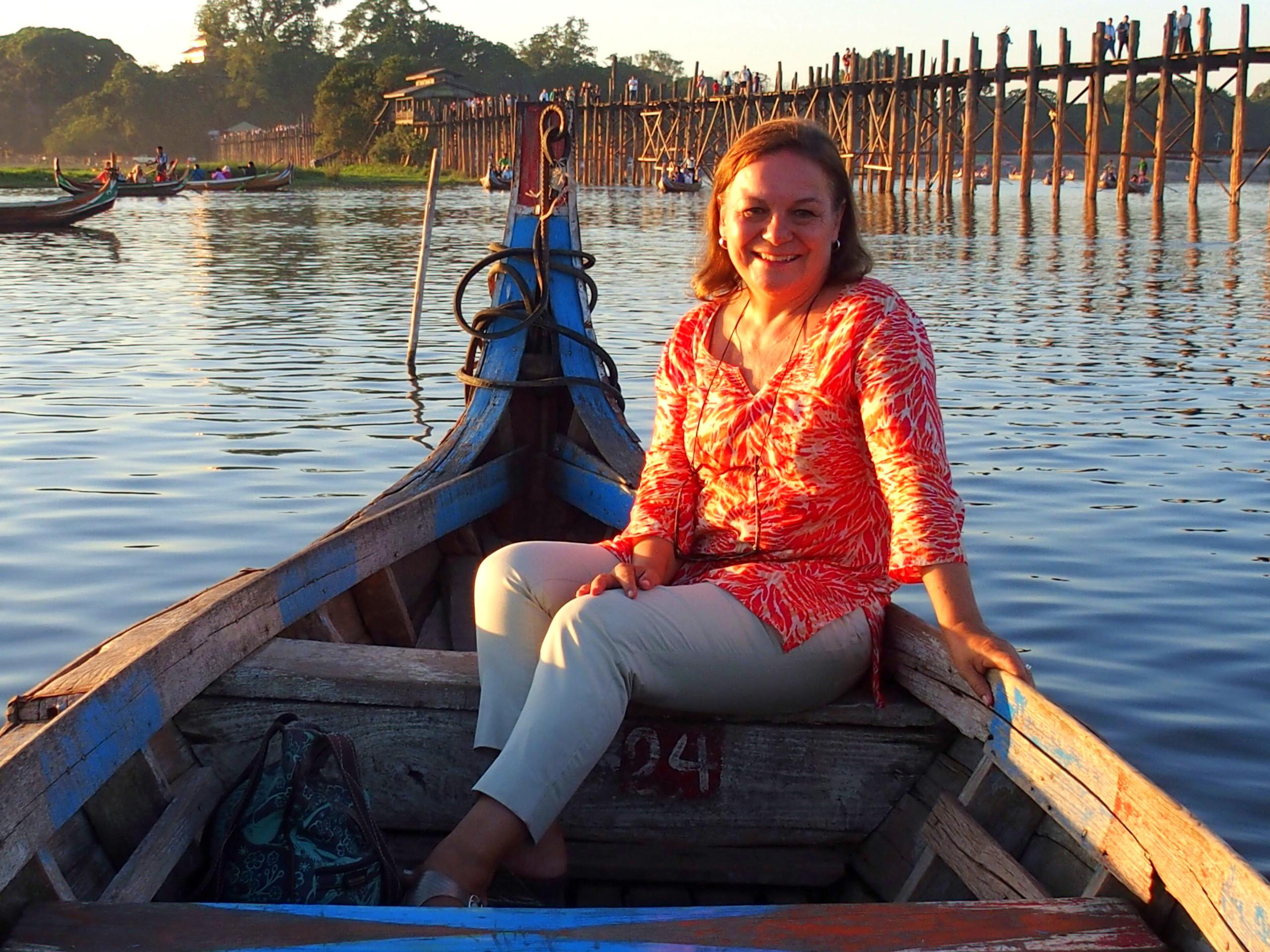 Balade en barque devant le pont U Bein en Birmanie