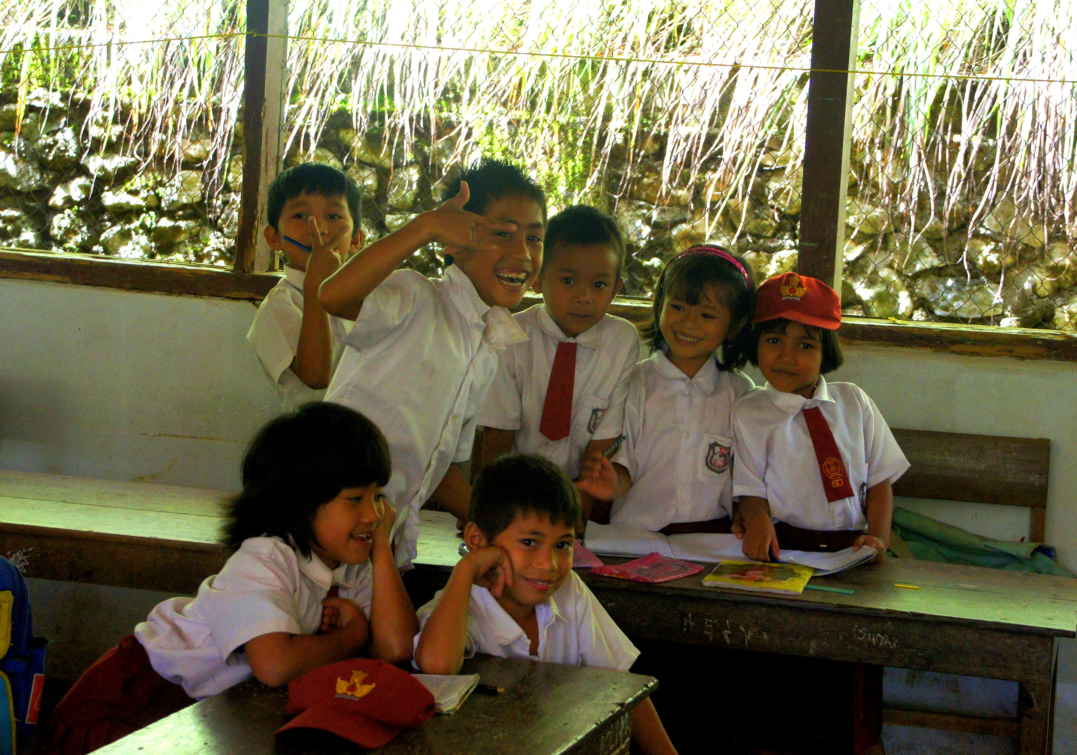 Beaux sourires d'enfants école à Sulawesi