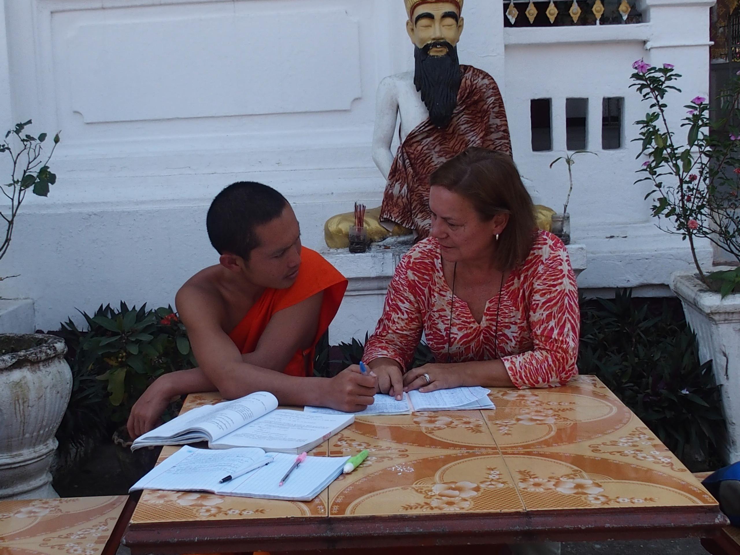 Cours de français à un jeune moine au cours d'un slow travel au Laos