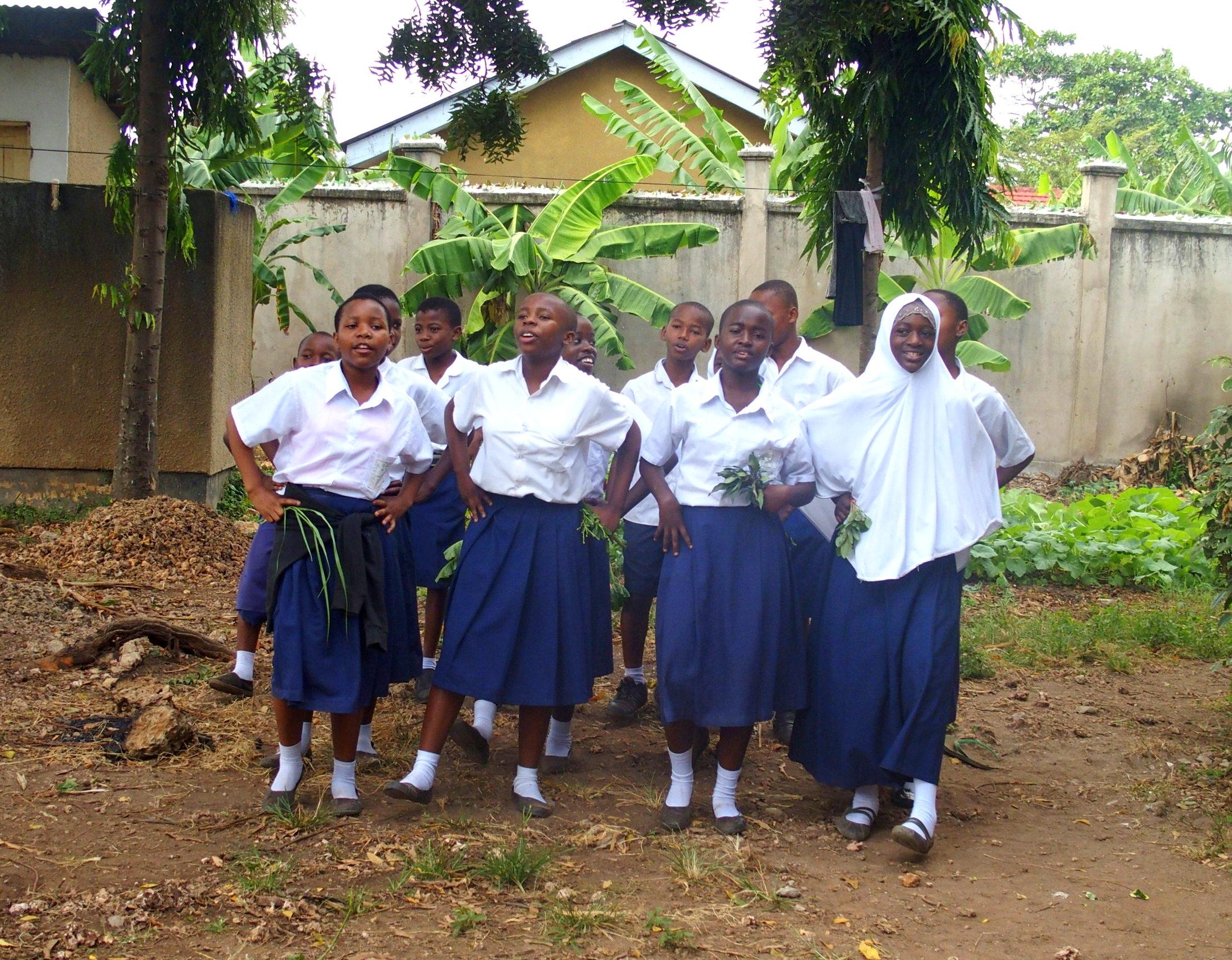 Danse d'accueil jeunes élèves Tanzanie
