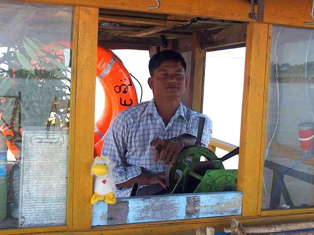 Déplacement slow en bateau sur lIrrawady en Birmanie