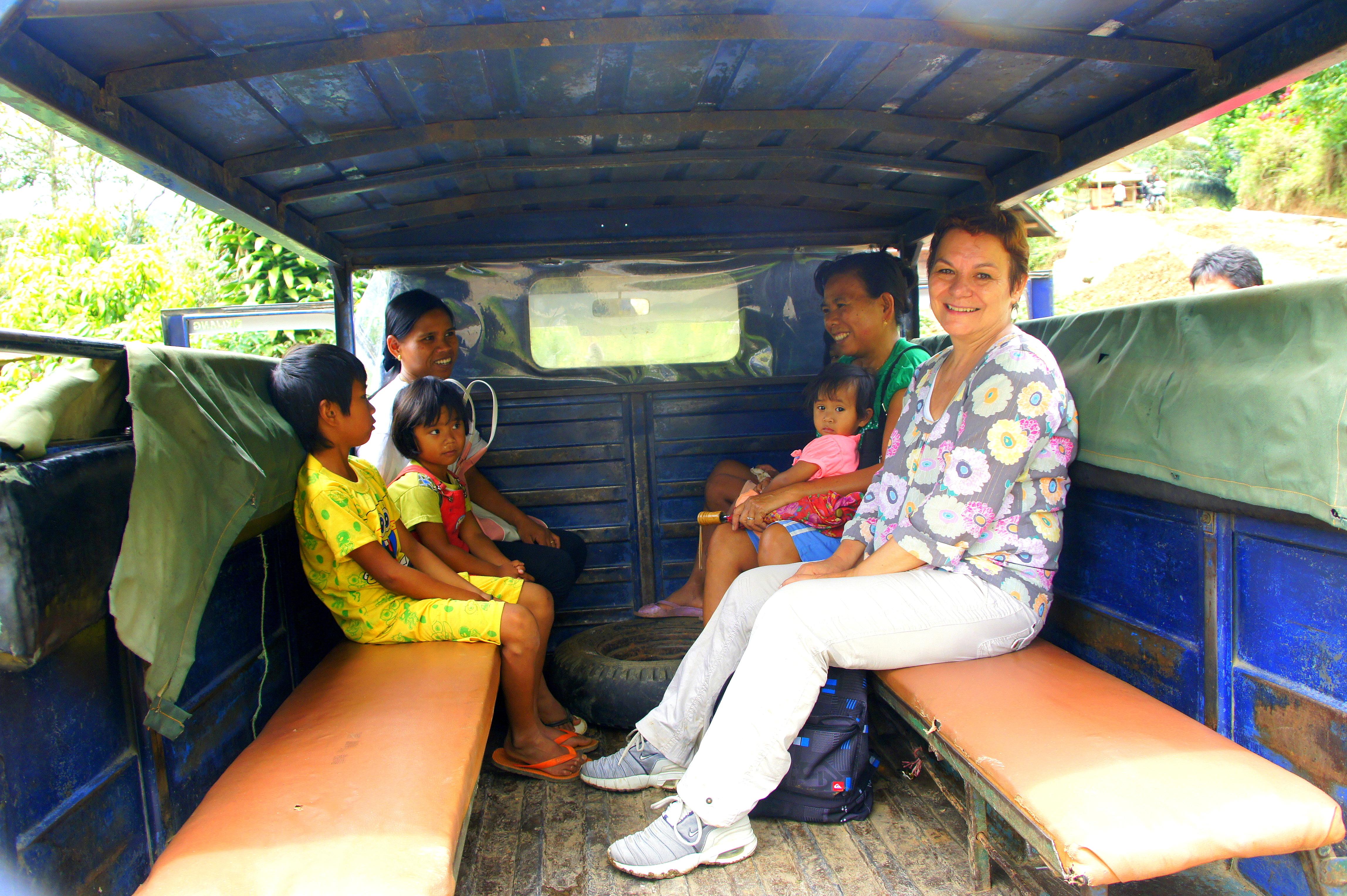 En route dans un bemo dans le pays Toraja Sulawesi.