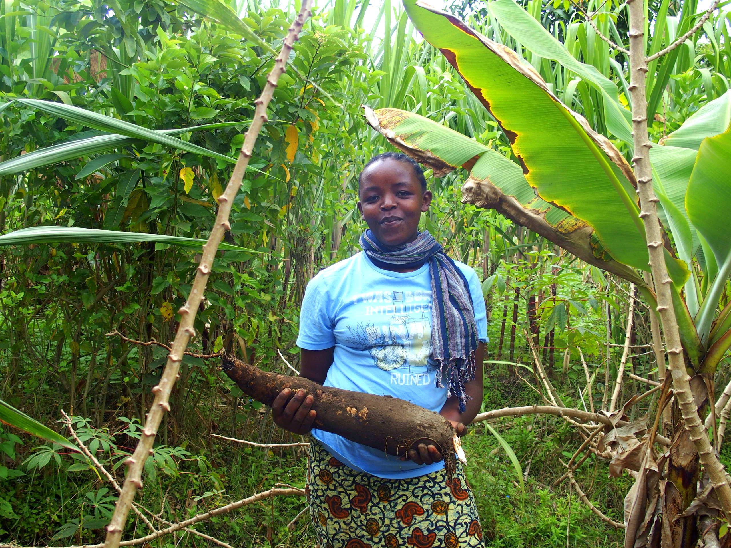 Jeune fille cultivatrice de manioc Ngurdoto Tanzanie