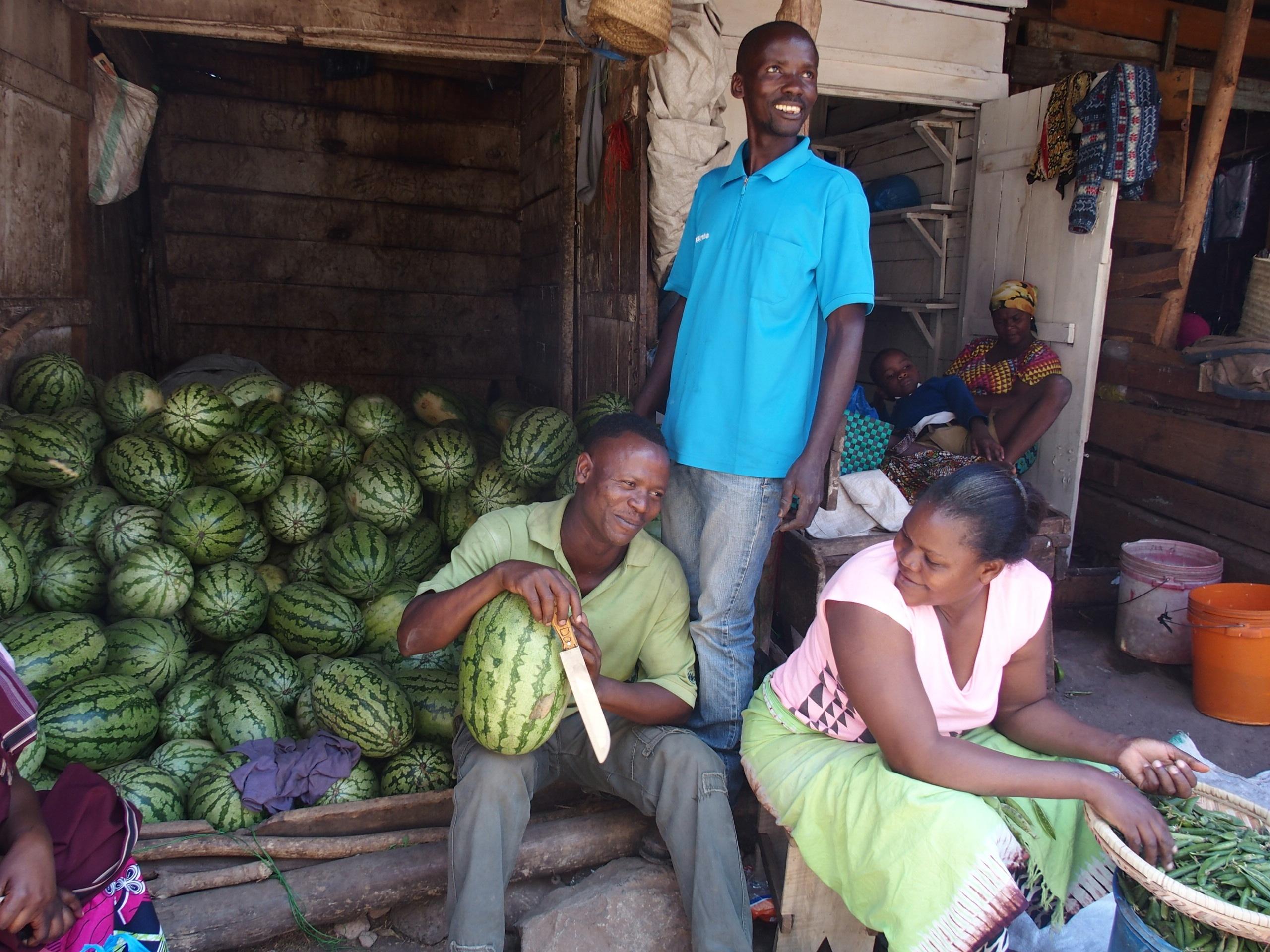 Marchand de pastèques marché Dar es Salaam Tanzanie