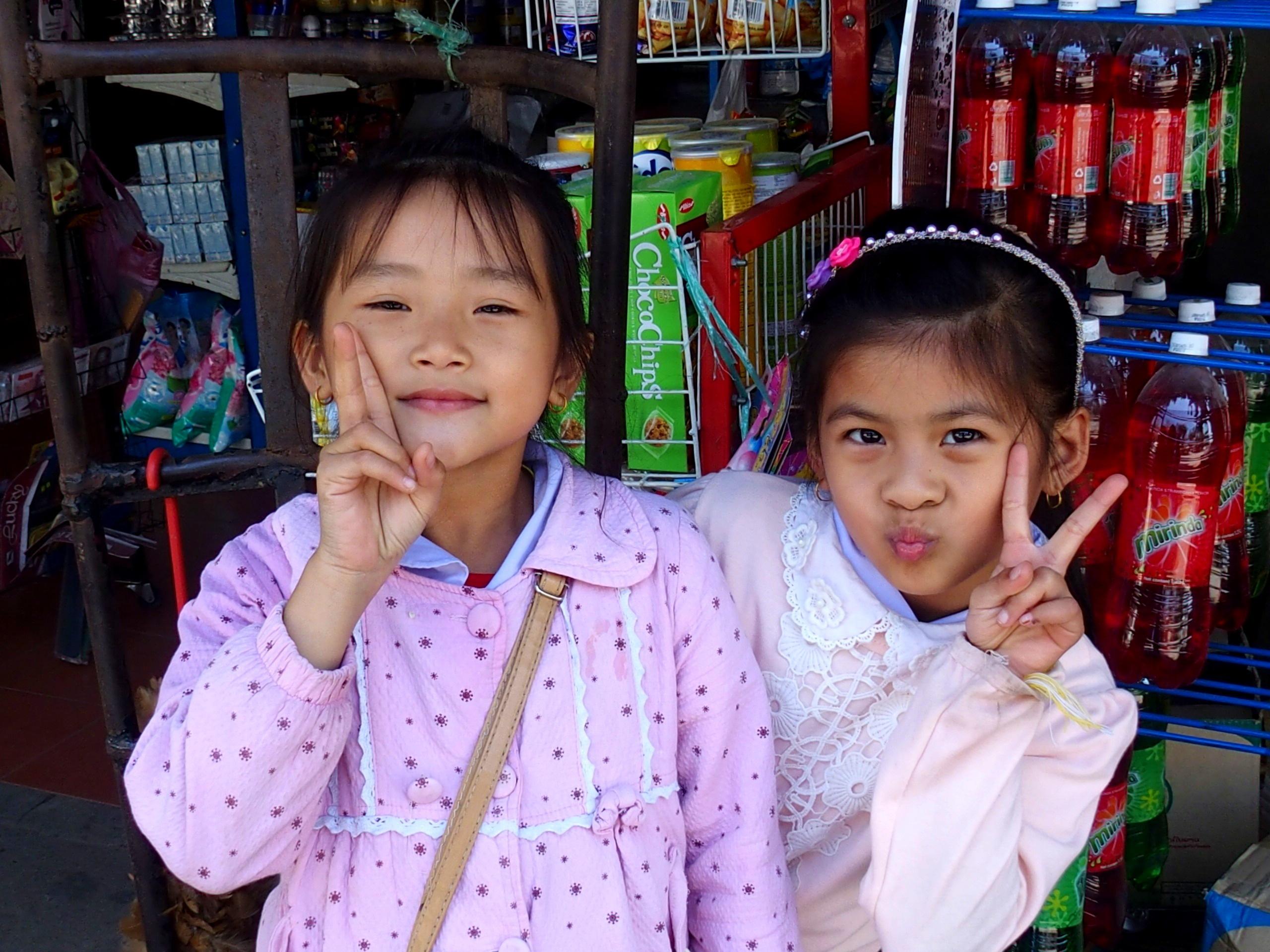 Moment de complicité avec deux petites élèves de Luang Prabang à la sortie de l'école