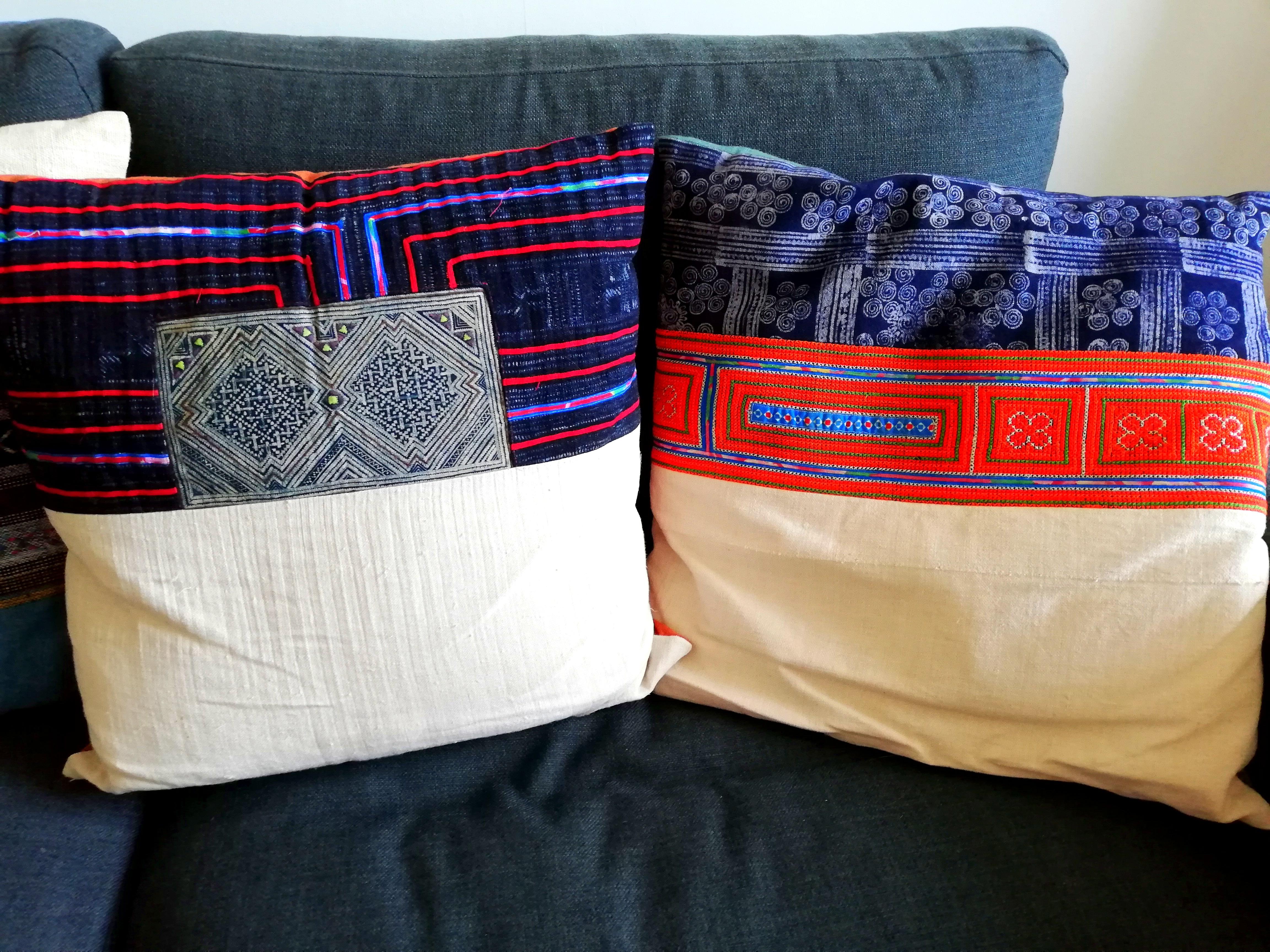 Coussins tissus indigo souvenirs du Vietnam.