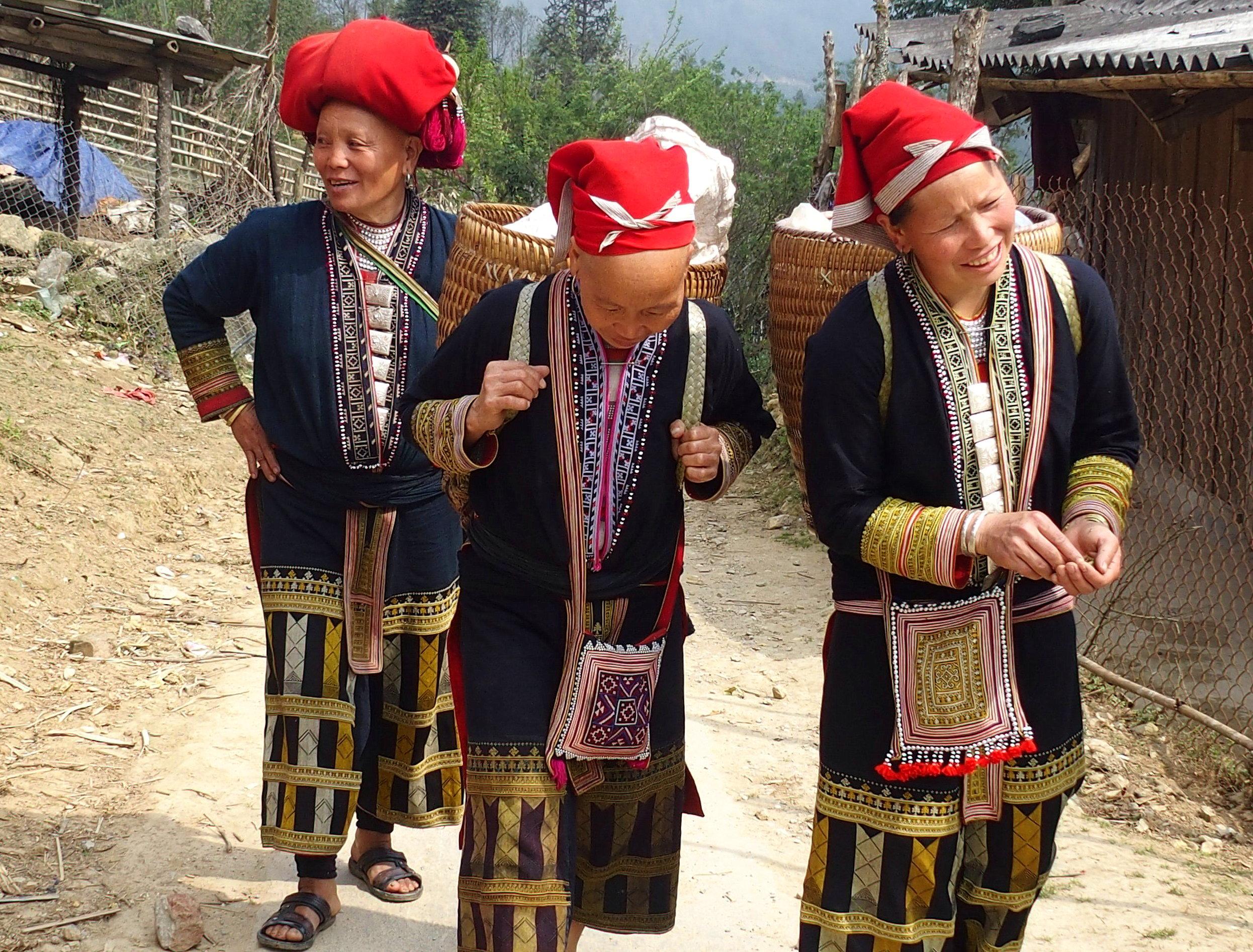 Femmes Dao avec sacs et costumes traditionnels souvenirs du Vietnam