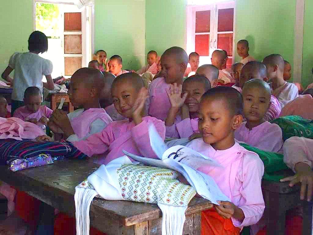 Slow travel et visite école novices Mandalay Birmanie Myanmar