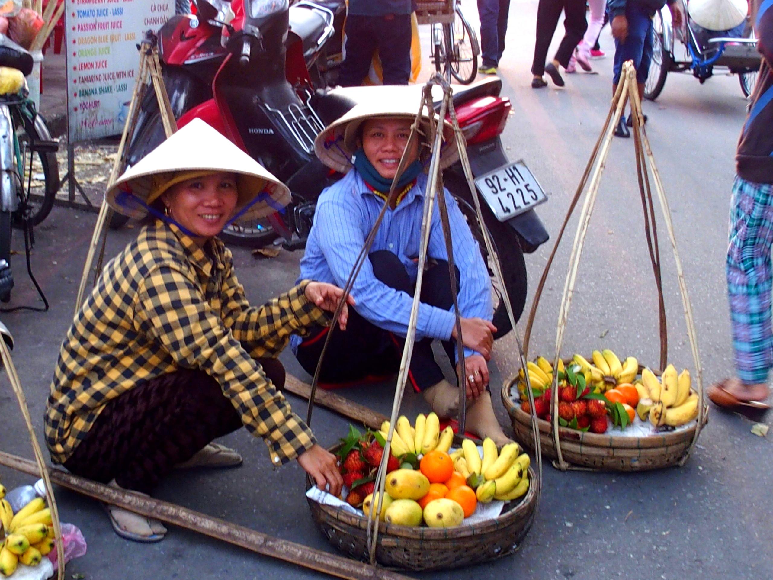 Vendeuse de fruits souvenirs du Vietnam