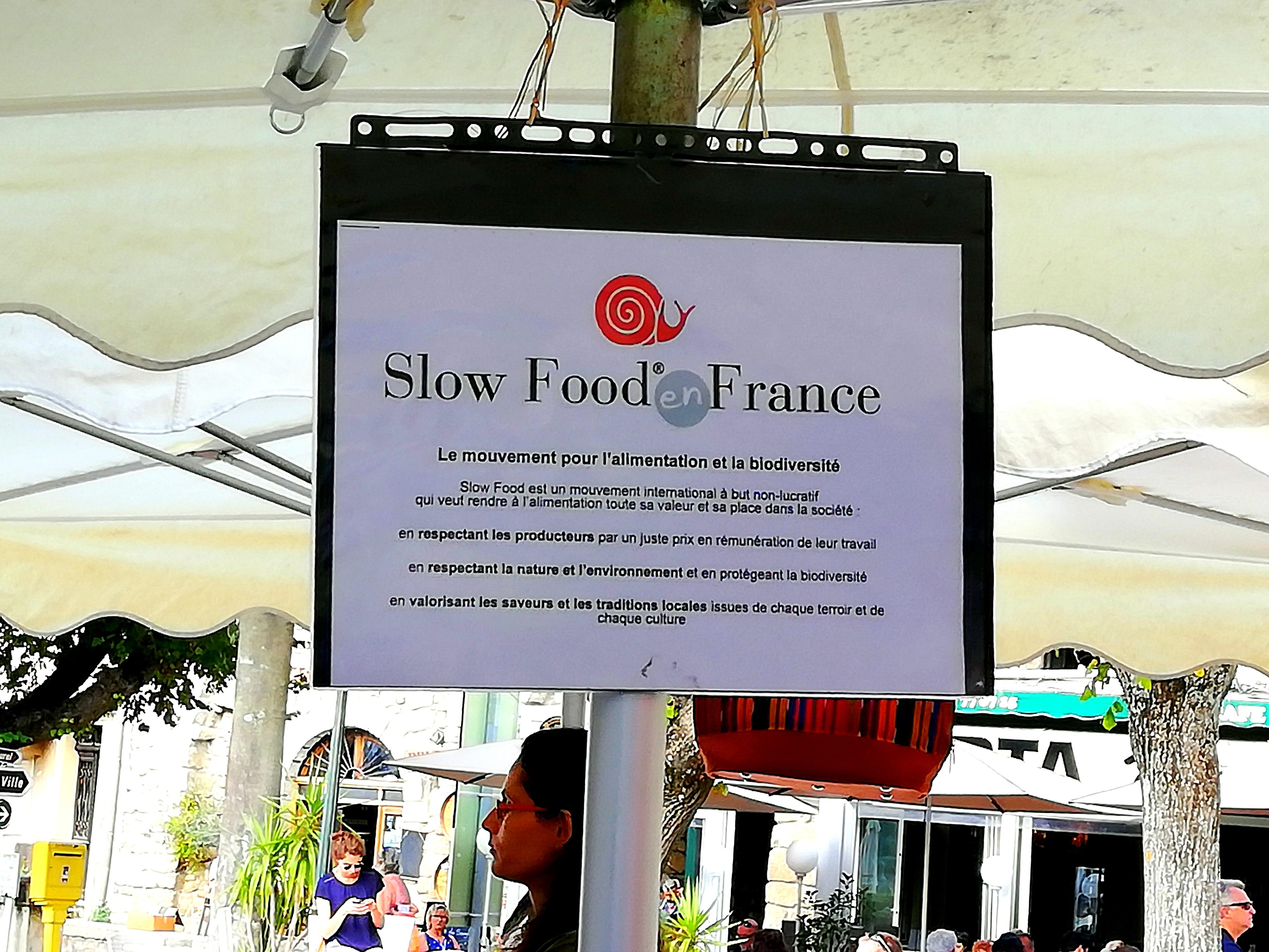 Stand Slow Food sur marché de Sartène Corse.
