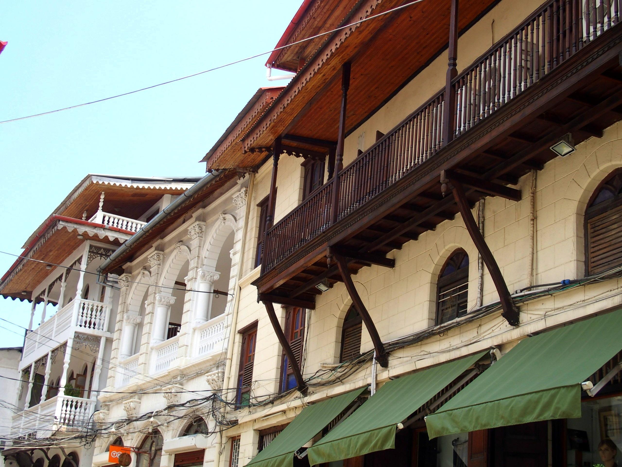 Balcons sculptés sur maisons traditionnelles Stone Town Zanzibar