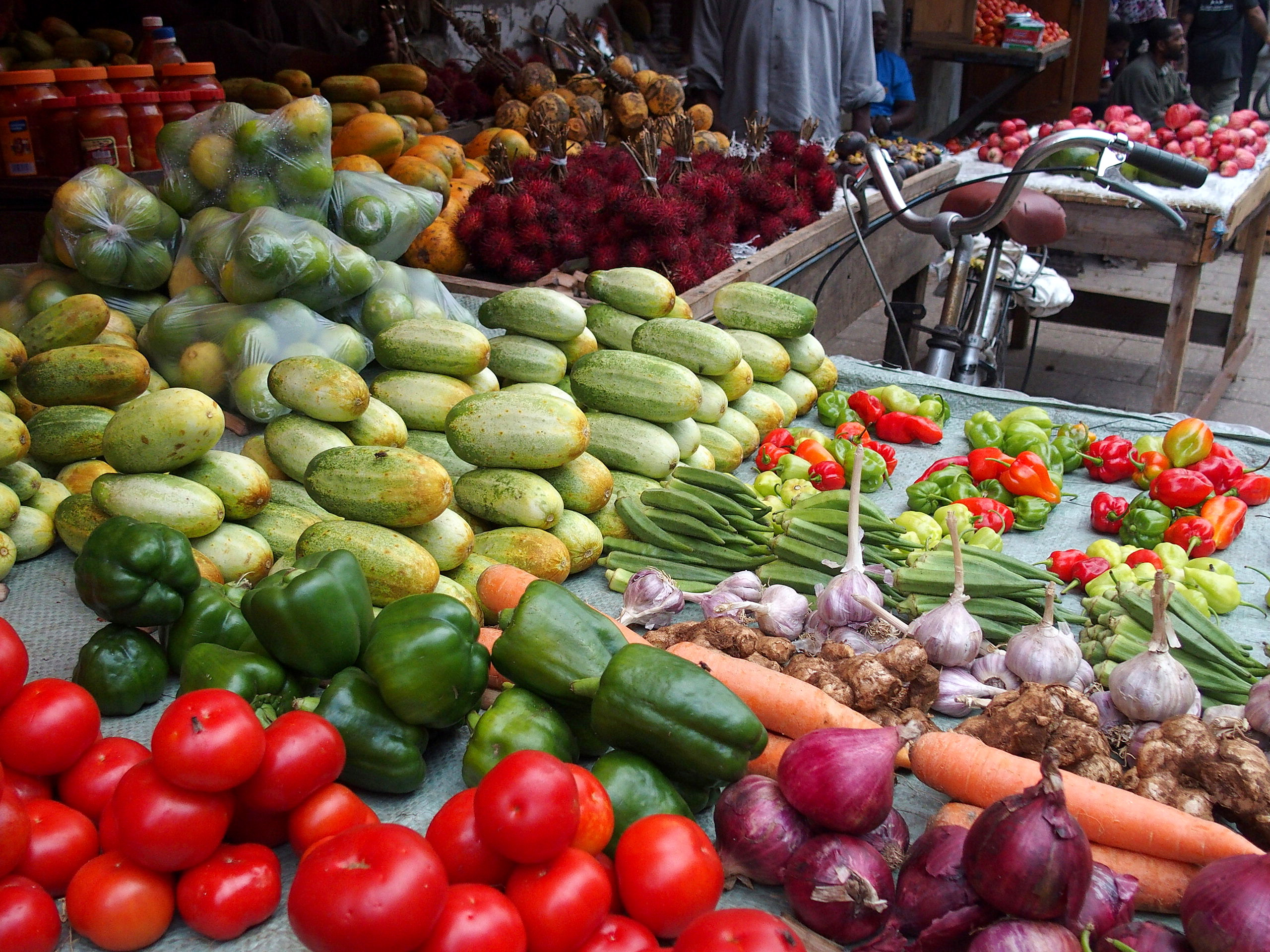 Bel étal de fruits et légumes marché Zanzibar