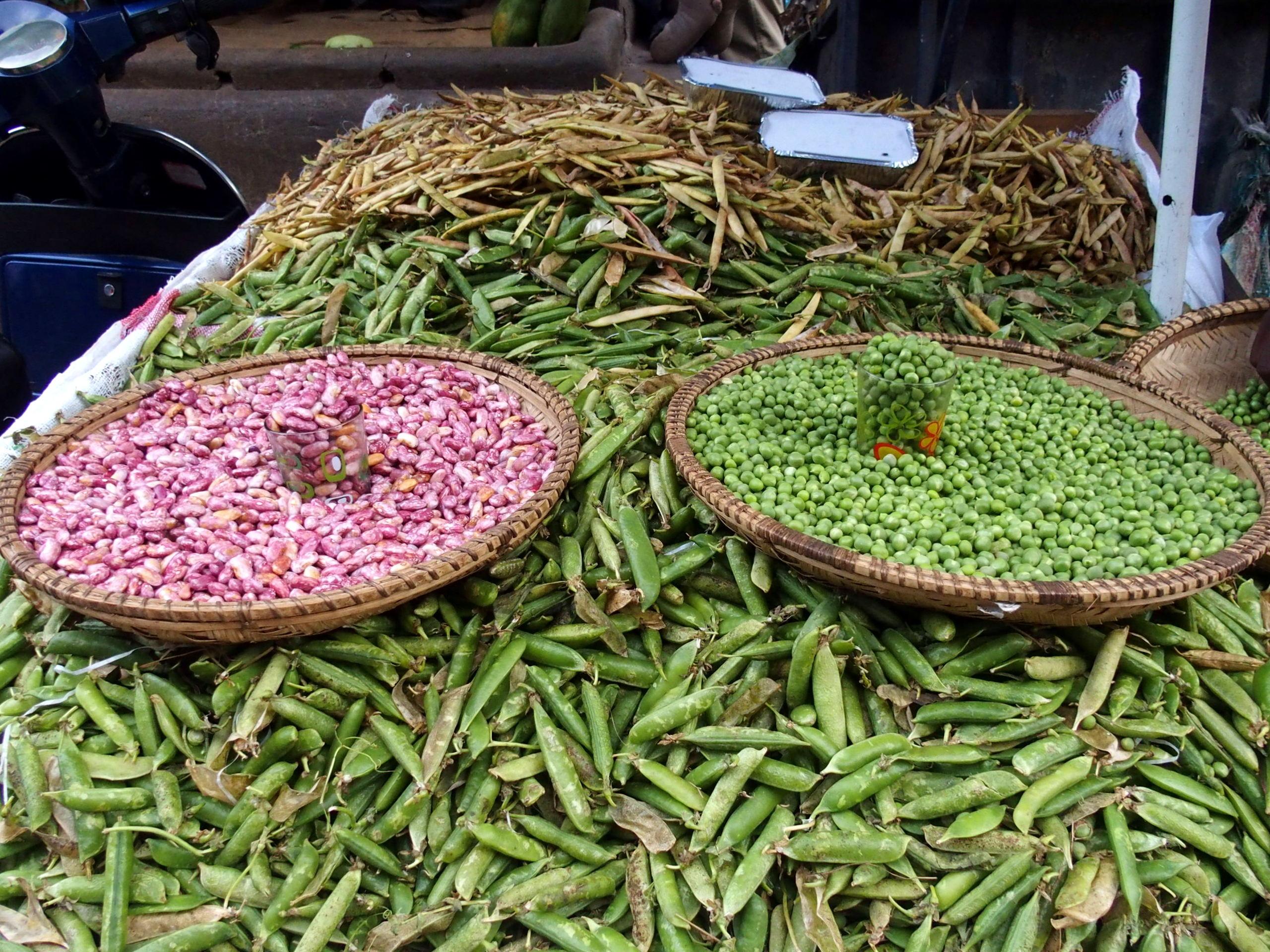 Bel étal de haricots et petits pois sur marché Zanzibar.